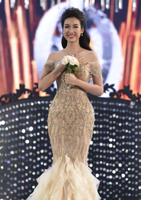 cao 1,71 m, nặng 52 kg, số đo ba vòng 87-61-94 cm. Cô sở hữu gương mặt xinh đẹp và sáng sân khấu. Ngoài đời, cô sinh viên Đại học Ngoại thương Hà Nội được yêu mến với giọng hát hay và tính tình hoạt bát, năng nổ. Cô từng tham gia Hoa hậu Hoàn vũ 2015 và dừng lại ở top 15.