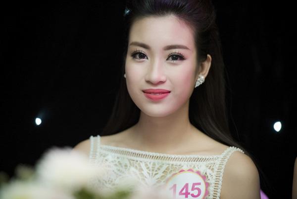 Danh hiệu Hoa hậu Việt Nam 2016 vừa gọi tên Đỗ Mỹ Linh. Đây là cô gái vốn được đánh giá cao trong suốt cuộc thi, thường xuyên nằm trong top bình chọn ứng viên tiềm năng nhất.Đỗ Mỹ Linh sinh năm 1996 và là sinh viên trường Đại học Ngoại thương Hà Nội. Cô từng lọt top 15 cuộc thi Hoa hậu Hoàn vũ Việt Nam 2015.
