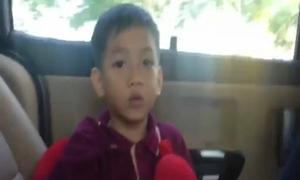 Con trai Hà Hồ ngẫu hứng hát tiếng Anh