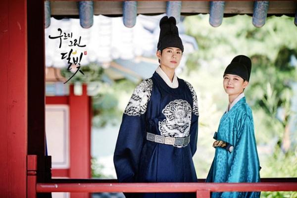 Phản ứng hóa học giữa Park Bo Gum và Kim Yoo Jung được xem là chìa khóa thành công của phim. Park Bo Gum là ngôi sao tân binh triển vọng, rất được yêu thích nhờ ngoại hình sáng, hình tượng sạch, lối diễn phong phú. Trong khi Kim Yoo Jung xuất thân là ngôi sao nhí, kinh nghiệm diễn xuất dày dặn. Cả hai đã có sự tung hứng rất ăn ý trên màn ảnh, tạo những tràng cười vui nhộn cho khán giả. Những khoảnh khắc ngọt ngào, lãng mạn của cặp đôi khiến trái tim fan girl rung rinh.