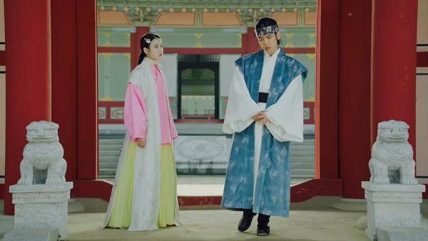 Tuy nhiên, Người tình ánh trăng lại lộ những hạn chế từ các tập đầu tiên, đặc biệt là diễn xuất non kém của IU và Baek Hyun. Cả hai được nhận xét là ngoại hình không phù hợp với tạo hình cổ trang, lối diễn vụng, khoa trương và mang hơi hướng hiện đại. Diễn xuất của hai idol dấy lên nhiều tranh cãi trong cộng đồng mạng. Phim hiện đạt rating thấp nhất trong khung giờ phát sóng.