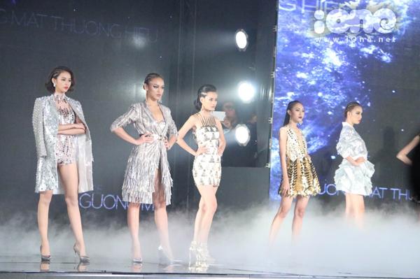 20h, chương trình chính thức bắt đầu với sự mở màn của Top 12 thí sinh từng tham dự. Diệp Linh Châu mở màn dàn người đẹp, trình diễn bộ sưu tập Light way của nhà thiết kế Tuấn Trần.