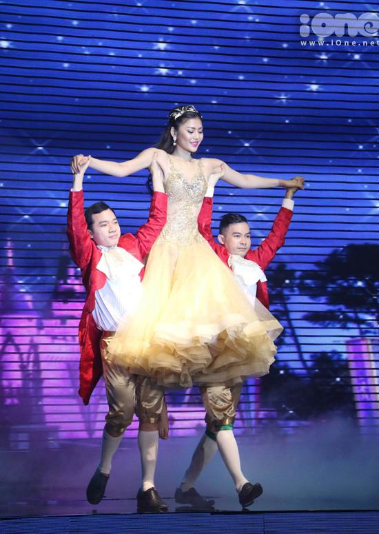 Bỏ qua đôi chút bối rối, Huyền Thanh khá cảm xúc khi hóa thành một cô công chúa dịu dàng, uyển chuyển với những màn xoay người, nâng người trên không nhẹ bẫng.