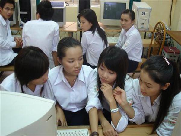 4-kieu-dong-phuc-nu-sinh-quen-mat-tren-phim-viet-3