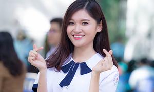 Á hậu Thùy Dung mặc lại đồng phục cấp 3 khi về thăm trường cũ