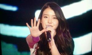 9 idol Kpop có bàn tay nhỏ xíu không cân xứng với người