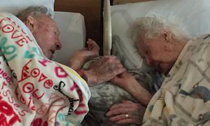 Cặp đôi kết hôn 77 năm nắm tay nhau trước giờ vĩnh biệt