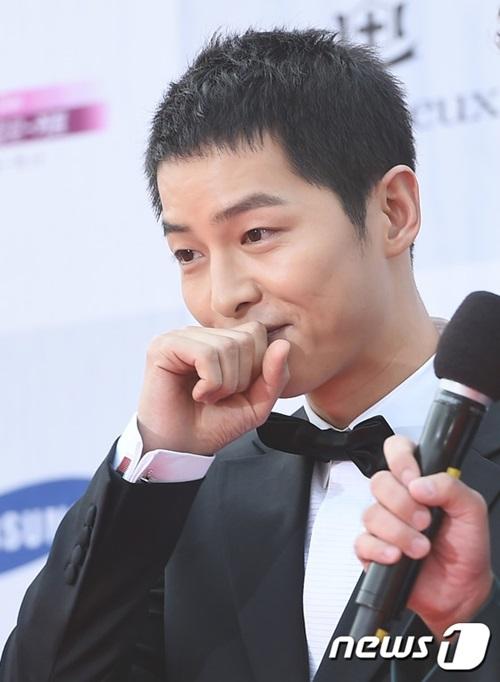 kpop-style-8-9-min-ah-hyeri-dua-nhau-khoe-lung-tran-sexy-3