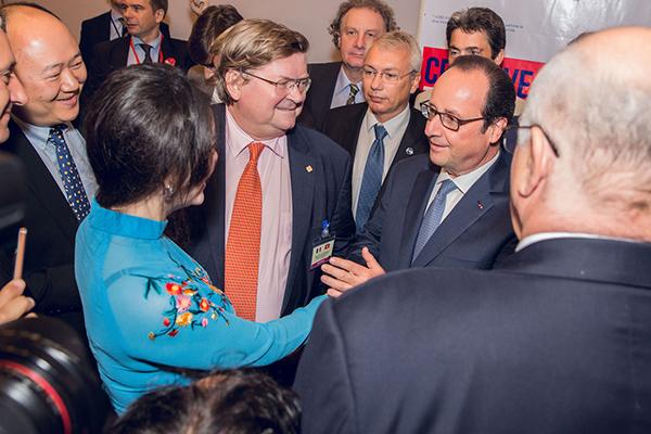 Tại buổi gặp gỡ ngắn, Lý Nhã Kỳ đã có những lời thăm hỏi và giới thiệu về cô cũng như những gì mà cô đã và đang làm với các đơn vị, tổ chức đến từ Pháp. Tổng thống Pháp Francois Hollande đã rất vui vẻ thăm hỏi và có những khoảnh khắc chụp ảnh lưu niệm với Lý Nhã Kỳ.