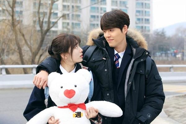 Tặng gấu bông trước cổng trường là một trong những kế sách đặc biệt của anh chàng Joon Young.
