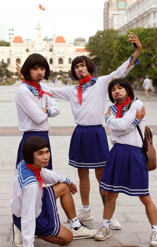 nhom-nam-thanh-nien-cosplay-cu-ong-nhat-mac-vay-2