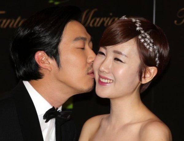 Nam diễn viên hài Haha và ca sĩ Byul đã làm bạn thân suốt 8 năm trước khi quyết định theo đuổi cô một cách nghiêm túc. Cuối 2012, cả hai khiến mọi người bất ngờ khi thông báo kết hôn sau 8 tháng công khai hẹn hò.