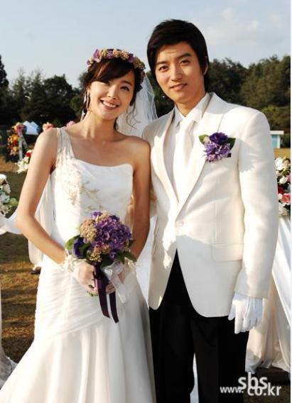 So Yi Hyun và In Kyo Jin quen biết nhau do cùng thuộc một công ty giải trí và tiến đến hôn nhân vào năm 2013 sau 12 năm làm bạn. Hôn lễ được cử hành chỉ sau 7 tháng thông báo hẹn hò. Cả hai tin tưởng sẽ tiếp tục sánh bước cùng nhau trên chặng đường còn lại vì hôn nhân của họ được xây dựng dựa trên sự thông hiểu nhau suốt hơn một thập kỷ.