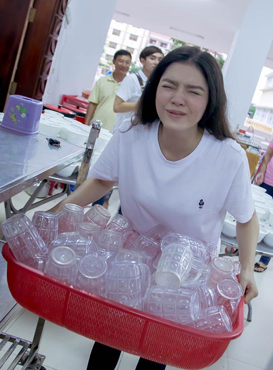 Không chỉ nấu ăn, Lý Nhã Kỳ cũng trực tiếp cùng fans của mình chia phần  ăn, thu dọn bày biện cốc đĩa.