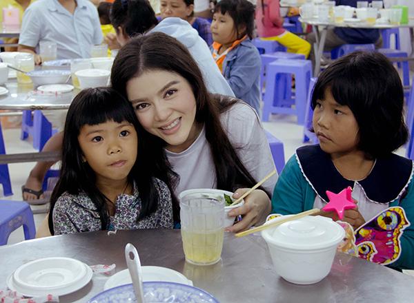 Các em nhỏ đã không còn bất cứ một khoảng cách nào  với Lady Di Việt Nam, vừa ăn, vừa chơi, các em vừa thủ thỉ kể cho Lý Nhã Kỳ  nghe về cuộc sống, về mơ ước của mình.