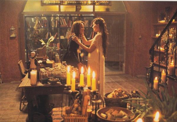 Đến với The Craft, người xem được lạc vào thế giới của những phù thủy đầy huyền bí.Bốn nữ sinh Sarah, Nancy, Bonnie và Rochelle cảm thấy mình thật đơn độc trong trường công giáo dành cho giới quý tộc. Họ không hiểu vì sao mình không thể hòa nhập với những bạn bè cùng trang lứa trong khi những người ở ngoài nhìn thấy rất rõ họ có những năng lực thật đặc biệt. Khi phát hiện sức mạnh huyền bí này họ bắt đầu nghiên cứu học phép thuật của những phù thủy. Điểm đặc biệt để học phép thuật thành công là họ phải biết cách phân biệt đúng sai và tiên lượng hết được hậu quả mà họ có thể gây nên.