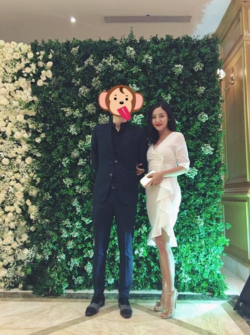 Văn Mai Hương chụp ảnh với một người đàn ông giấu mặt. Cô đùa vui, người ta có Gấu còn mình có Khỉ.