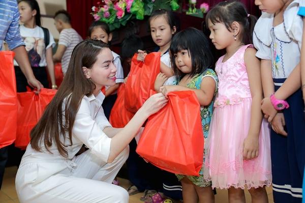 Hồ Ngọc Hà ăn mặc đơn giản nhưng vẫn toát lên vẻ rạng ngời khi đi làm từ thiện.