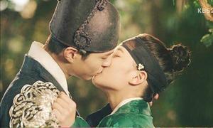 Nụ hôn bất chấp giới tính của Thế tử và thái giám đưa rating phim tăng vọt