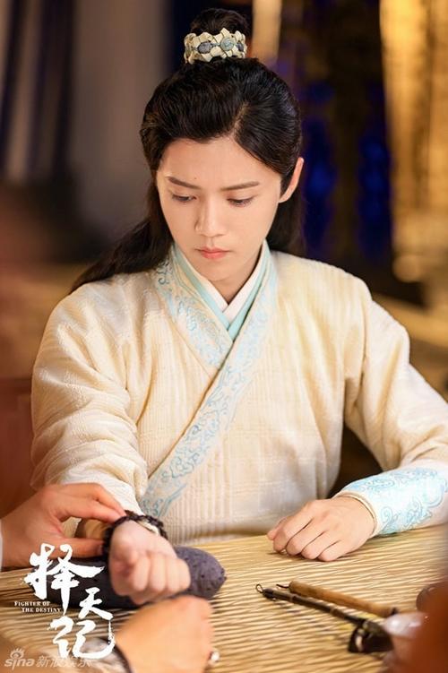 Trạch Thiên Ký cũng là tác phẩm cổ trang đầu tiên trong sự nghiệp của cựu thành viên EXO, chính vì vậy diễn xuất lần này của anh chàng rất được công chúng và người hâm mộ mong đợi.