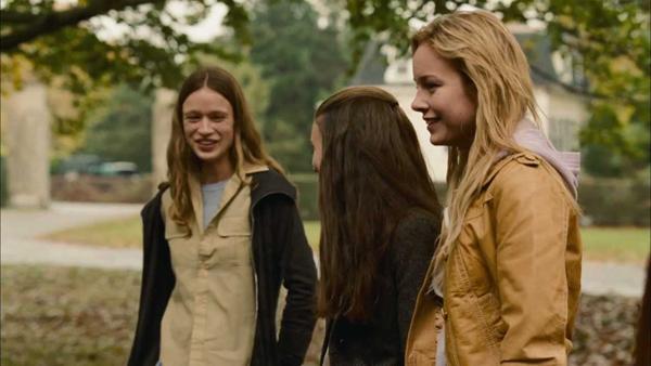 độc lập kể về giai đoạn trưởng thành của bốn cô gái trong trường nội trú.