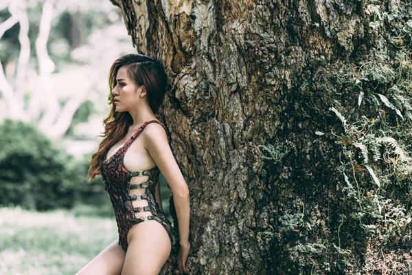 Huyền Anh khoe thân hình gợi cảm với bikini