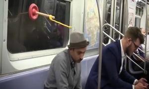 Gậy thông toa lét có thể giúp bạn ngủ ngon trên xe bus