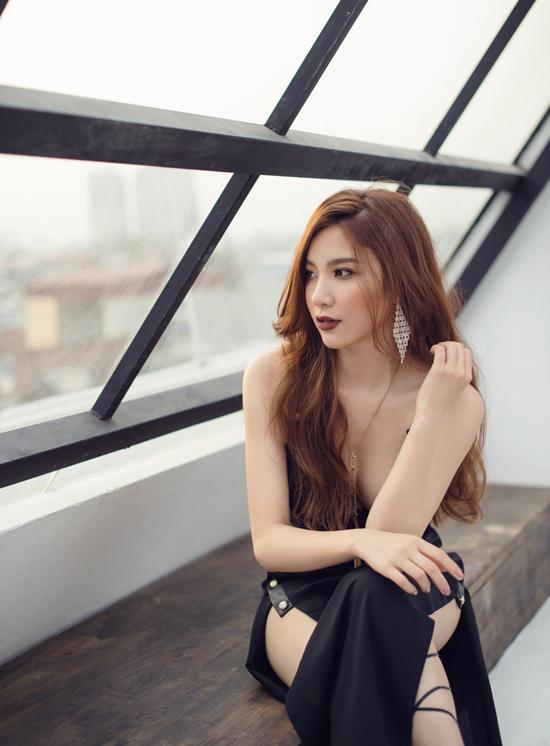 hanh-sino-khoe-ve-sexy-voi-vay-khoet-tren-xe-duoi-7