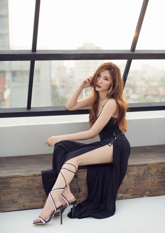 Ngoài sự đầu tư về các cảnh quay, Hạnh Sino cũng chăm chút trong phần trang phục trong MV  với sự hỗ trợ những nhà thiết kế có tiếng như Lâm Gia Khang , Liveevil,& Hạnh Sino tâm sự,  nền thời trang nước nhà đang ngày càng phát triển nên cô muốn sử dụng trang phục của những  nhà thiết kế trong nước, vừa là để ủng hộ những nỗ lực của của các designer Việt, vừa là giúp  những sản phẩm trong nước được biết đến rộng rãi hơn.