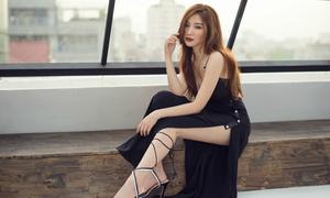 Hạnh Sino khoe vẻ sexy với váy khoét trên xẻ dưới