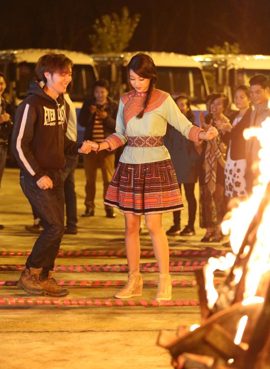 Sau khi đăng quang, Tân HHVN Đỗ Mỹ Linh luôn có lịch trình dày đặc với những chuyến  đi thiện nguyện. Trong 2 ngày 10 & 11/9 vừa qua, người đẹp nhận được lời mời của  chương trình Svietnam  VTV1 tham dự ghi hình và quảng bá du lịch cho thị trấn trong  mây  Sapa.