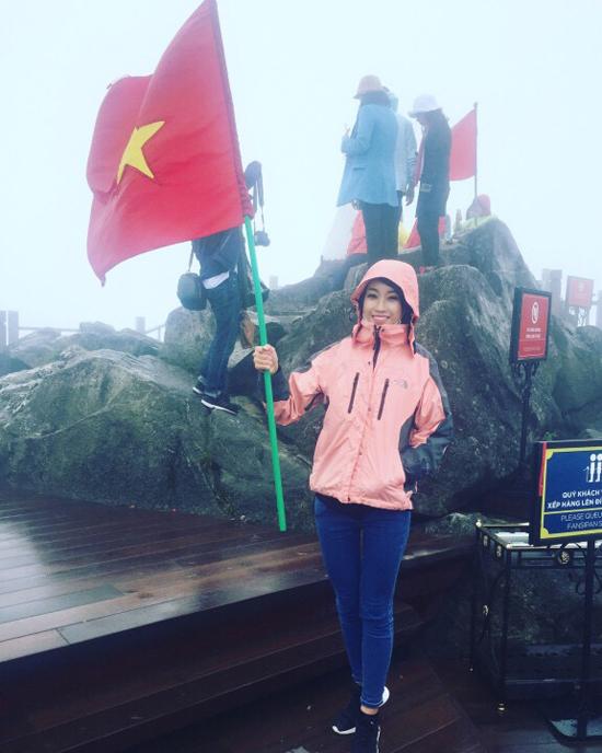 Ngày hôm sau, Linh cùng đoàn đi lên đỉnh Fansipan. Trên đường đi, những bản làng ẩn  hiện trong sương đẹp như một bức tranh vẽ. Vì thời gian ghi hình gấp rút nên đoàn buộc  phải sử dụng cáp treo để leo lên nốc nhà Đông Dương. Tuy vậy, người đẹp cũng đã phải  leo 600 bậc cầu thang để lên tới đỉnh núi. Tân hoa hậu chia sẻ cô đã hoàn thành ước mơ  của mình là lên tới ngọn núi cao nhất Đông Dươg và cắm ngọn cờ tổ quốc lên đỉnh núi.