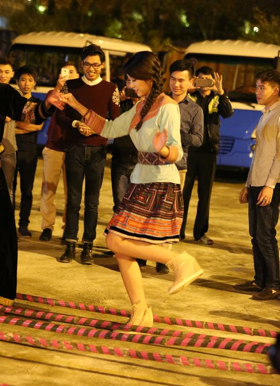 Buổi tối, đoàn đốt lửa trại và giao lưu văn hóa với người bản xứ. Mỹ Linh không ngại  ngần mà hòa mình vào không khí sôi nổi, tham gia múa hát chung vui với mọi người.