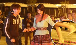Hoa hậu Mỹ Linh đi sneaker độn đế nhảy sạp ở Sapa