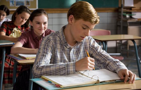Flipped là một trong những tác phẩm thành công nhất với đề tài mối tình đầu. Bộ phim được chuyển thể từ tiểu thuyết cùng tên. Cô bé Juli Baker cảm nắng cậu bạn hàng xóm Bryce Loski từ lớp 2. Trong suốt 6 năm, Juli không ngừng theo đuổi Bryce và khiến cậu gặp hàng tá rắc rối.Thế nhưng, đến năm lớp tám, mọi thứ đã đảo lộn khi cậu bé Bryce năm xưa bắt đầu có cảm tình với Juli, trong khi cô bé lại băn khoăn về cảm xúc của chính mình.