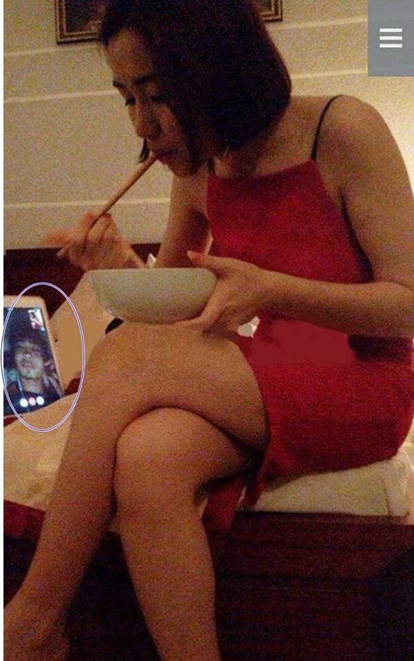 Sau bức ảnh khóa môi nồng cháy từ hồi tháng 1, mới đây Hòa Minzy tiếp tục để lộ khoảnh khắc đang tâm sự riêng với Công Phượng qua máy tính bảng. Hình ảnh cô nàng đang ăn, bên cạnh giường là hình ảnh của Công Phượng khiến nhiều người tiếp tục đồn thổi về mối quan hệ sau một thời gian im ắng.