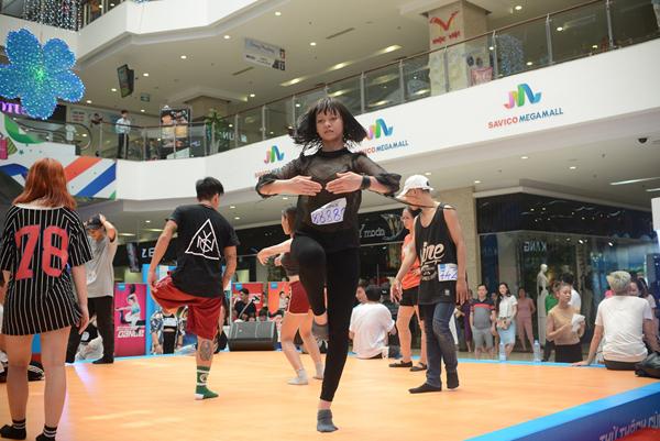 nhiều người bất ngờ khi thấy sự xuất hiện của Quỳnh Mai - cô nàng vừa đoạt giải Á quân cuộc thi Gương mặt thương hiệu. Dán trên mình số báo danh ấn tượng 88888, cô nàng làm nóng cơ thể với sự hỗ trợ của biên đạo John Huy Trần.