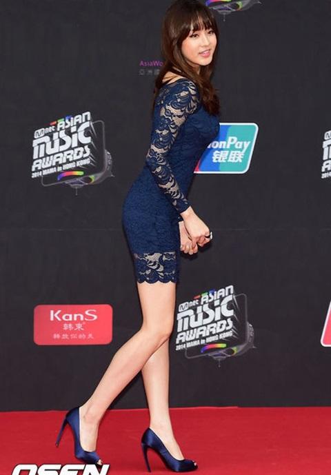 Kang Sora vốn nổi tiếng với thân hình đẹp, chỉ cần một chiếc váy liền ren, bó sát của thương hiệu bình dân, nữ ca sĩ đã trở thành người mặc đẹp nhất trên thảm đỏ MAMA 2014.