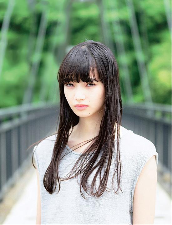 Nana Komatsu là người mẫu, diễn viên Nhật Bản. Cô sinh ngày 16 tháng 2 năm 1996 tại Tokyo. Năm 2008, khi Nana mới chỉ 12 tuổi, cô đã xuất hiện trên một tờ tạp chí tuổi teen nổi tiếng tại Nhật và từ đó liên tục nhận được lời mời làm gương mặt trang bìa trên nhiều tờ tạp chí khác.