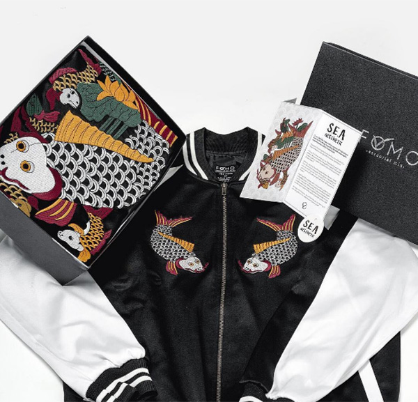 Lấy cảm hứng từ mẫu áo khoác Souvenir đến từ Nhật Bản và kết hợp với tranh dân gian Cá Chép Đông Hồ Việt Nam, FOMO mong muốn đem lại một sản phẩm vửa đẹp, chất lượng cao, vừa đa dụng cũng như mang niềm tự hào về nghệ thuật dân tộc đến gần hơn với các bạn trẻ.