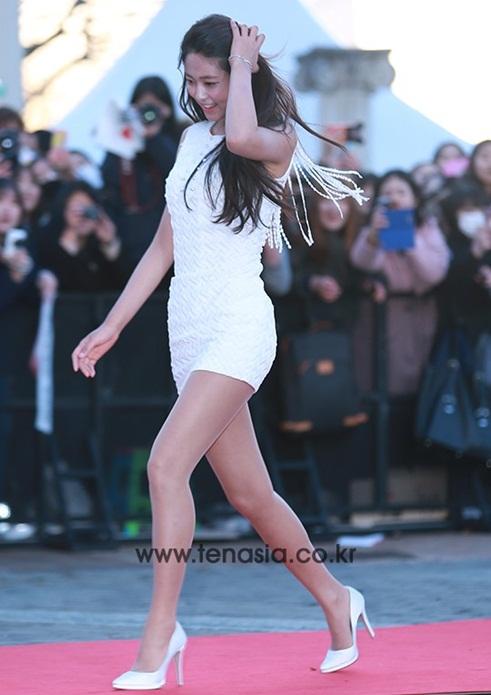 Những thiết kế váy liền, tôn đường cong tuy không cầu kỳ nhưng là item bắt buộc phải có trong tủ đồ của sao nữ Hàn.