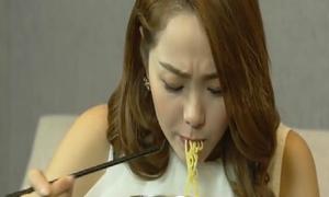 Minh Hằng tái mặt thử ăn mì cay cấp độ 7