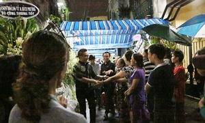 Người dân chen chân chụp ảnh, bàn tán về sao Việt tại đám tang Minh Thuận