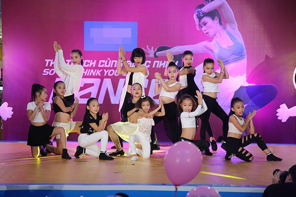 Ngoài sự xuất hiện của 3 ca sĩ còn có phần trình diễn đẹp mắt của các nhóm nhảy Grammy, Hà Nội X-girls, Pro dance club và các diễn viên Trường Cao đẳng Múa Việt Nam.