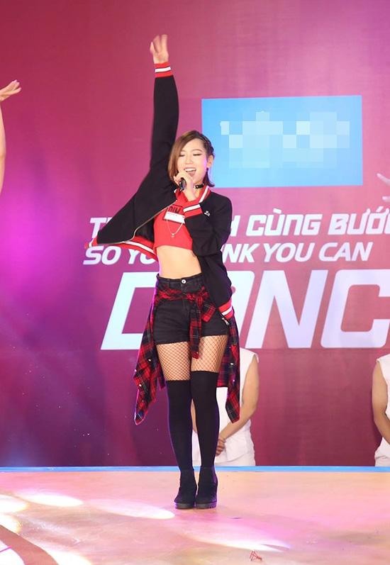 Mở màn là sự xuất hiện Min với ca khúc Take me away. Cô nàng xuất thân từ nhóm ST 319 khoe khả năng vũ đạo đẹp mắt trong sự hò reo của hàng nghìn khán giả có mặt. Tiếp nối ngay sau đó là 2 bài hát sôi động One day và Up to you.