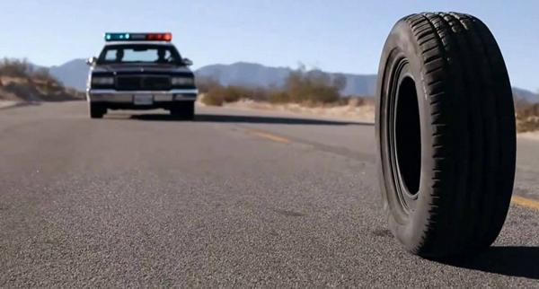 Rubber mang đến cho bạnkẻ giết người hàng loạt kỳ quái nhất trong lịch sử điện ảnh: một chiếc lốp xe.Một chiếc lốp xe vô tri vô giác bỗng một hôm phát hiện mình có năng lực siêu nhiên và sức mạnh huỷ diệt khủng khiếp. Nó bắt đầu lăn khắp các thị trấn trên sa mạc và thực hiện mục đích huỷ diệt con người hàng loạt.