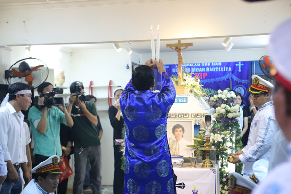 7h30 sáng nay, lễ động quan diễn ra tại nhà của ca sĩ Minh Thuận ở quận Tân Bình, TP HCM. Đêm qua, các bạn bè đồng nghiệp đã đến hát tiễn biệt anh đến tận 0h.  Ảnh: Ngoisao