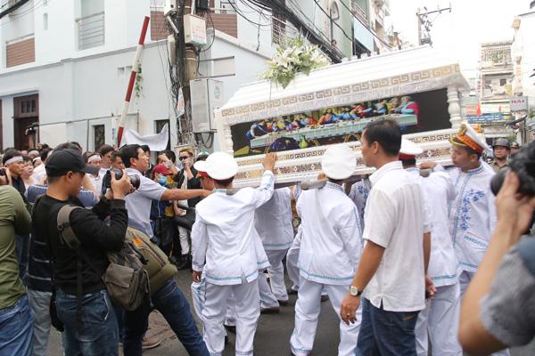 Linh cữu Minh Thuận được di chuyển sang nhà thờ.  Ảnh: Ngoisao