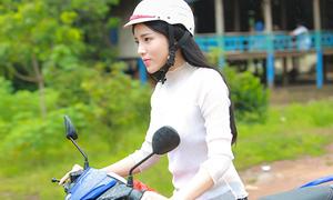 Kỳ Duyên tự lái xe máy đi từ thiện giữa trời nắng