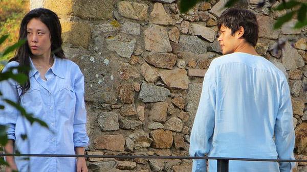 2 diễn viên đóng thế cùng mặc trang phục xanh, để tóc như Jun Ji Hyun và Lee Min Ho nhưng nhan sắc thì một trời, một vực.